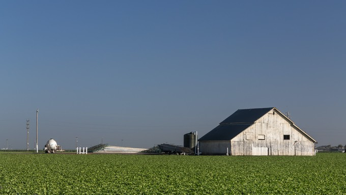 A picture of a barn in a farm field outside Salinas.