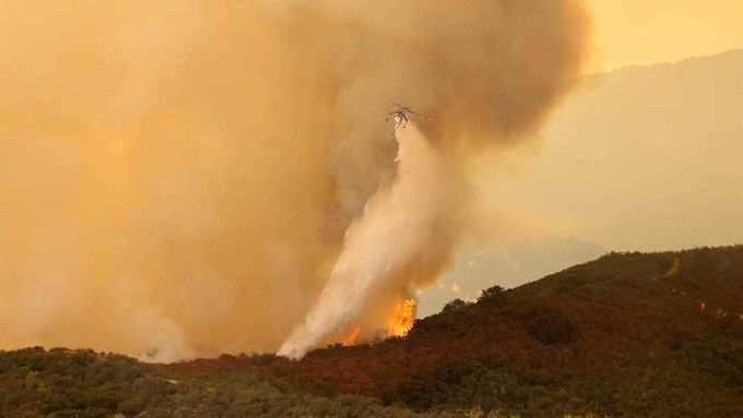 Image caption: The federal government has suspended its 'let it burn' wildfire policy.